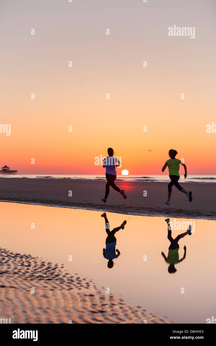 Deux coureurs tournant au beach Photo Stock