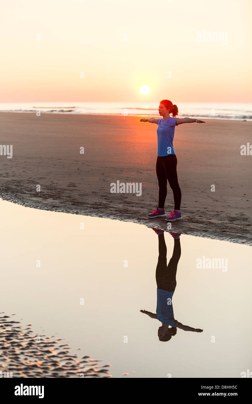 Près de ocean s'étendant de l'athlète Photo Stock