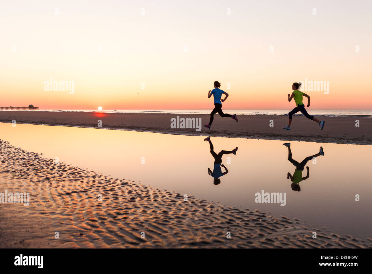 Les joggers femme at beach Photo Stock