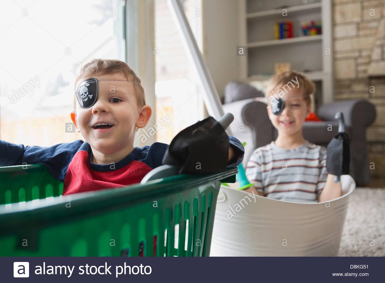 Portrait de garçons habillés comme des pirates Photo Stock