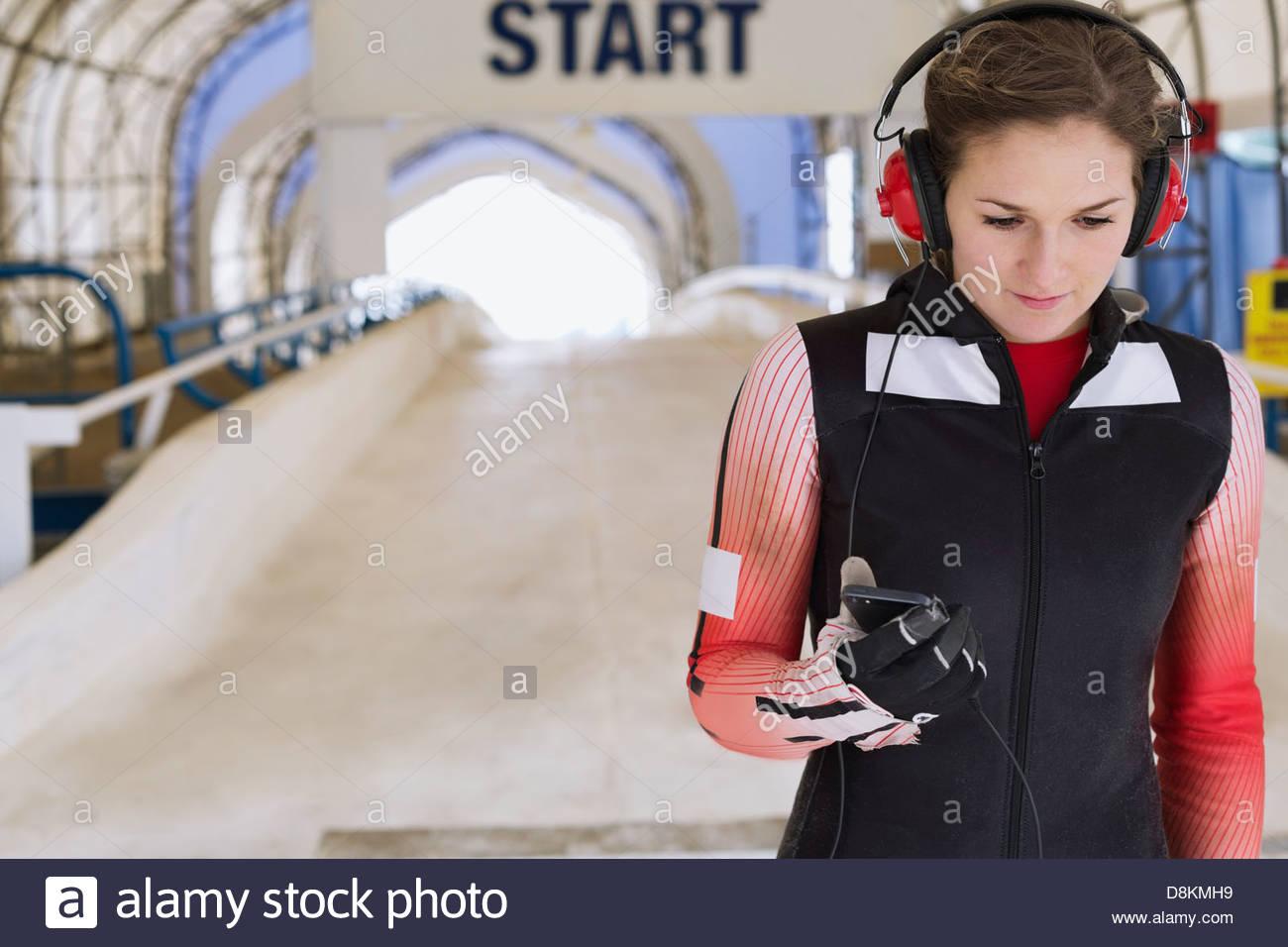 La préparation de l'athlète féminine de la course de skeleton Banque D'Images