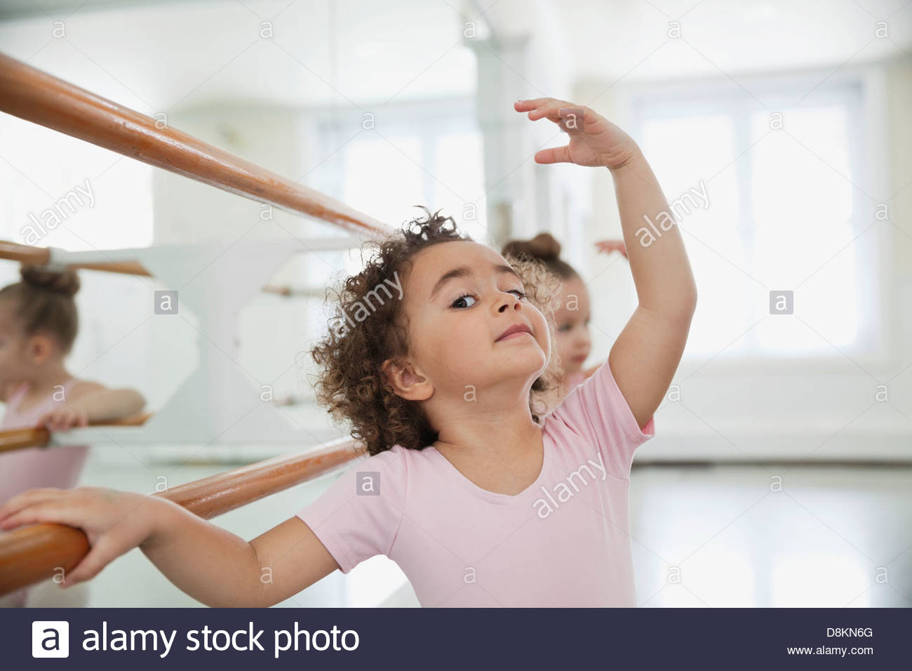 Portrait of Girl practicing ballet avec ami in ballet studio Photo Stock
