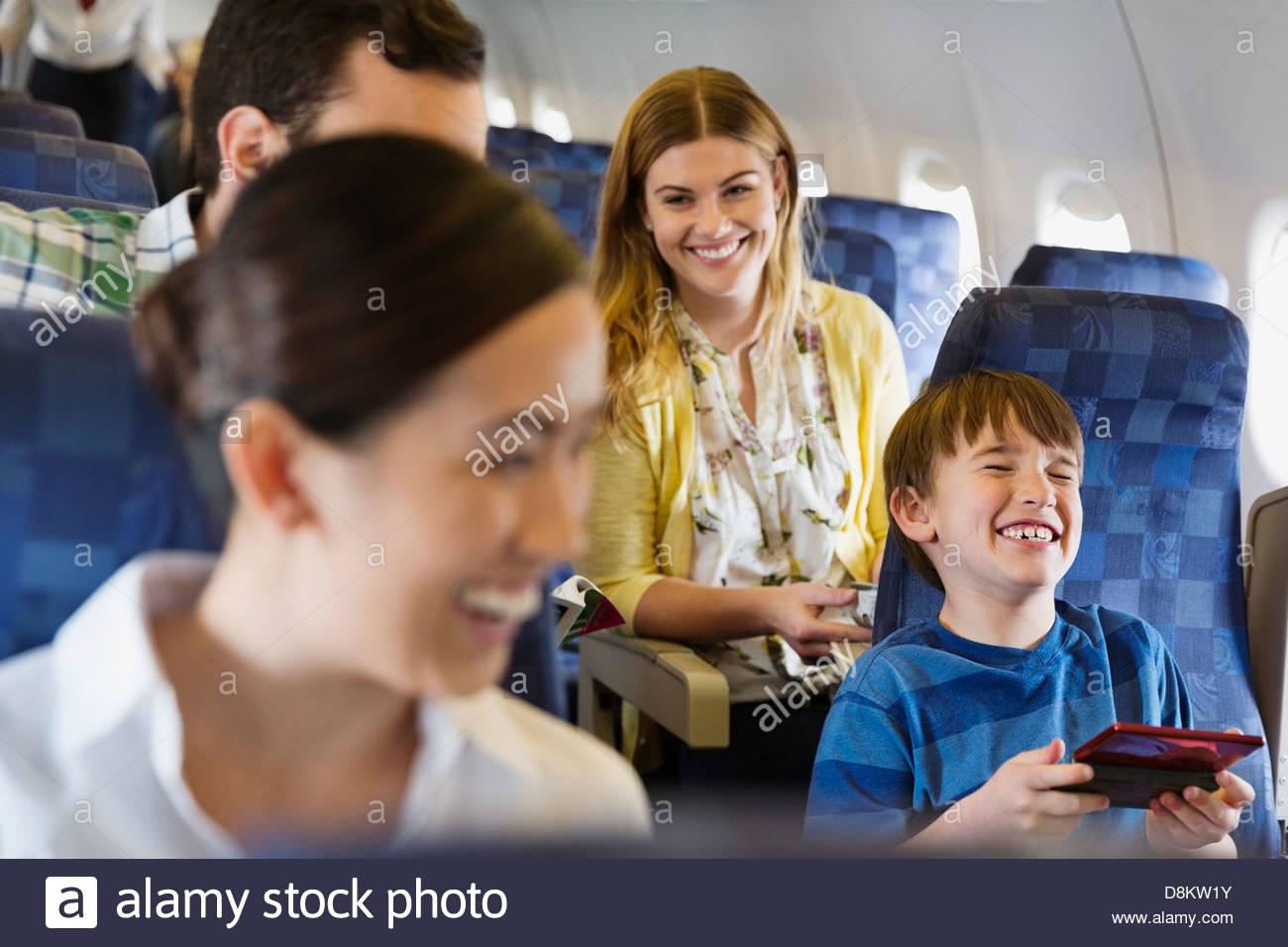 Les passagers voyageant en avion joyeux Photo Stock