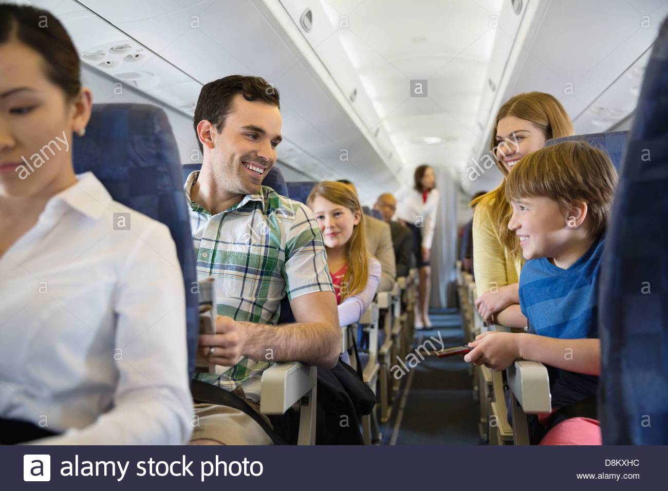 Smiling family voyageant en avion Photo Stock