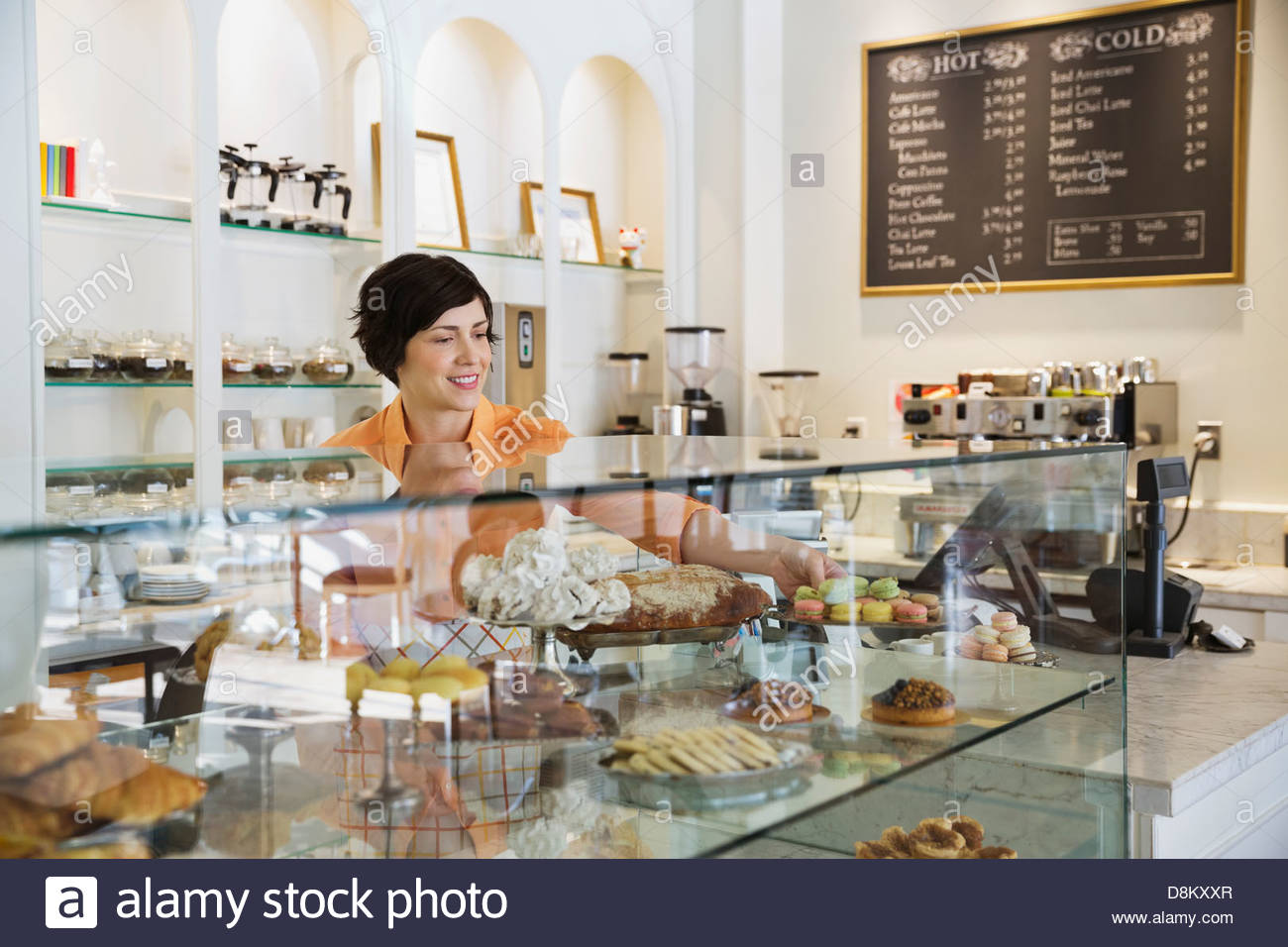 Female small business owner working in coffee shop Banque D'Images