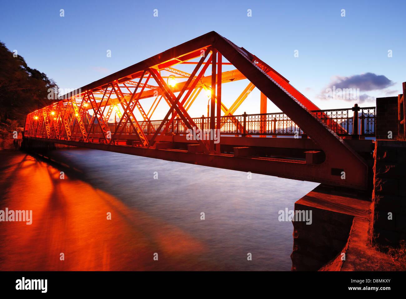 Sansen pont enjambant le lac Shikotsu dans le nord de l'île de Hokkaido, au Japon. Photo Stock