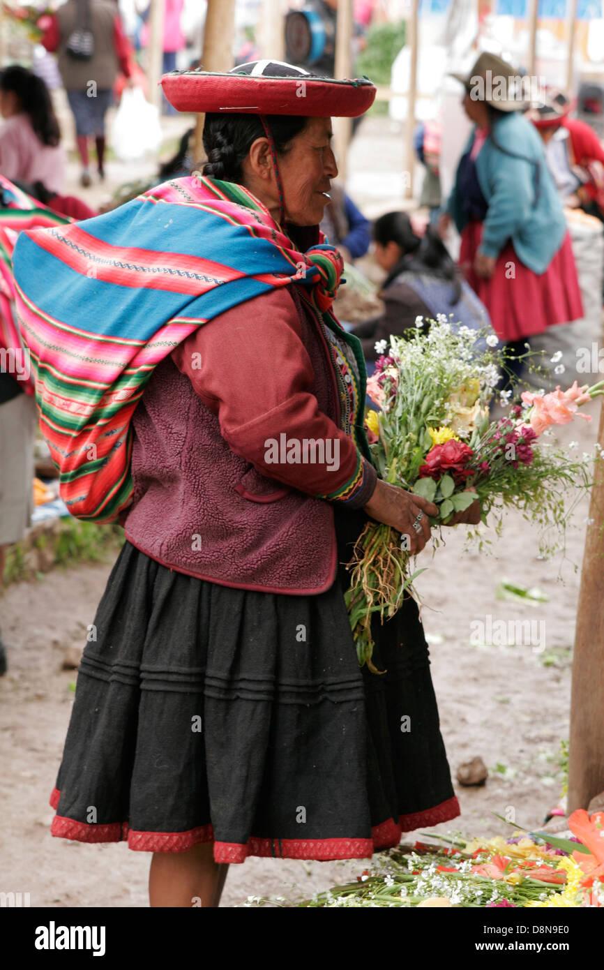 Femme Quechua vêtu du costume traditionnel chapeau rond sur les ...