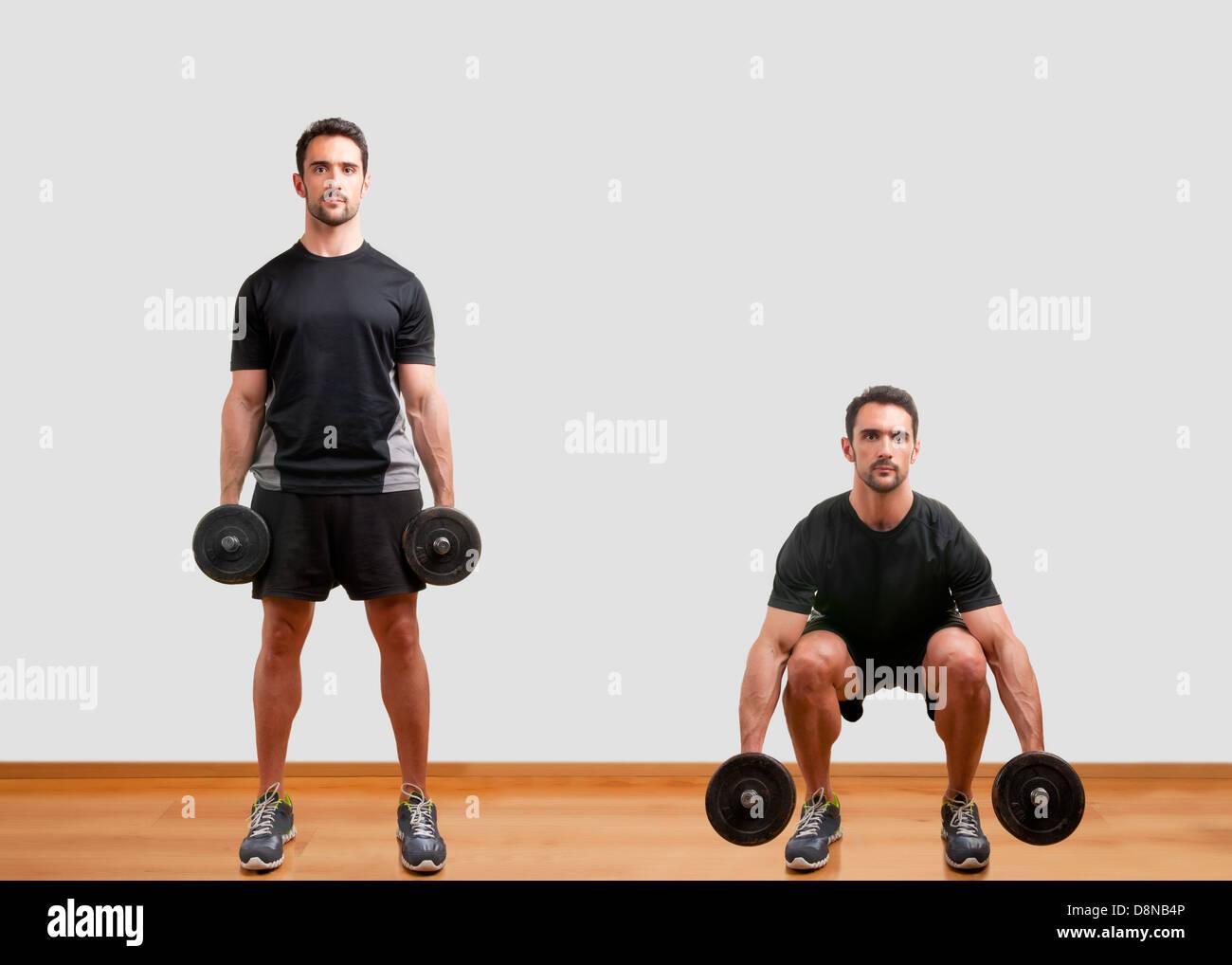L'entraîneur personnel de formation pour faire squat haltère ses jambes Photo Stock