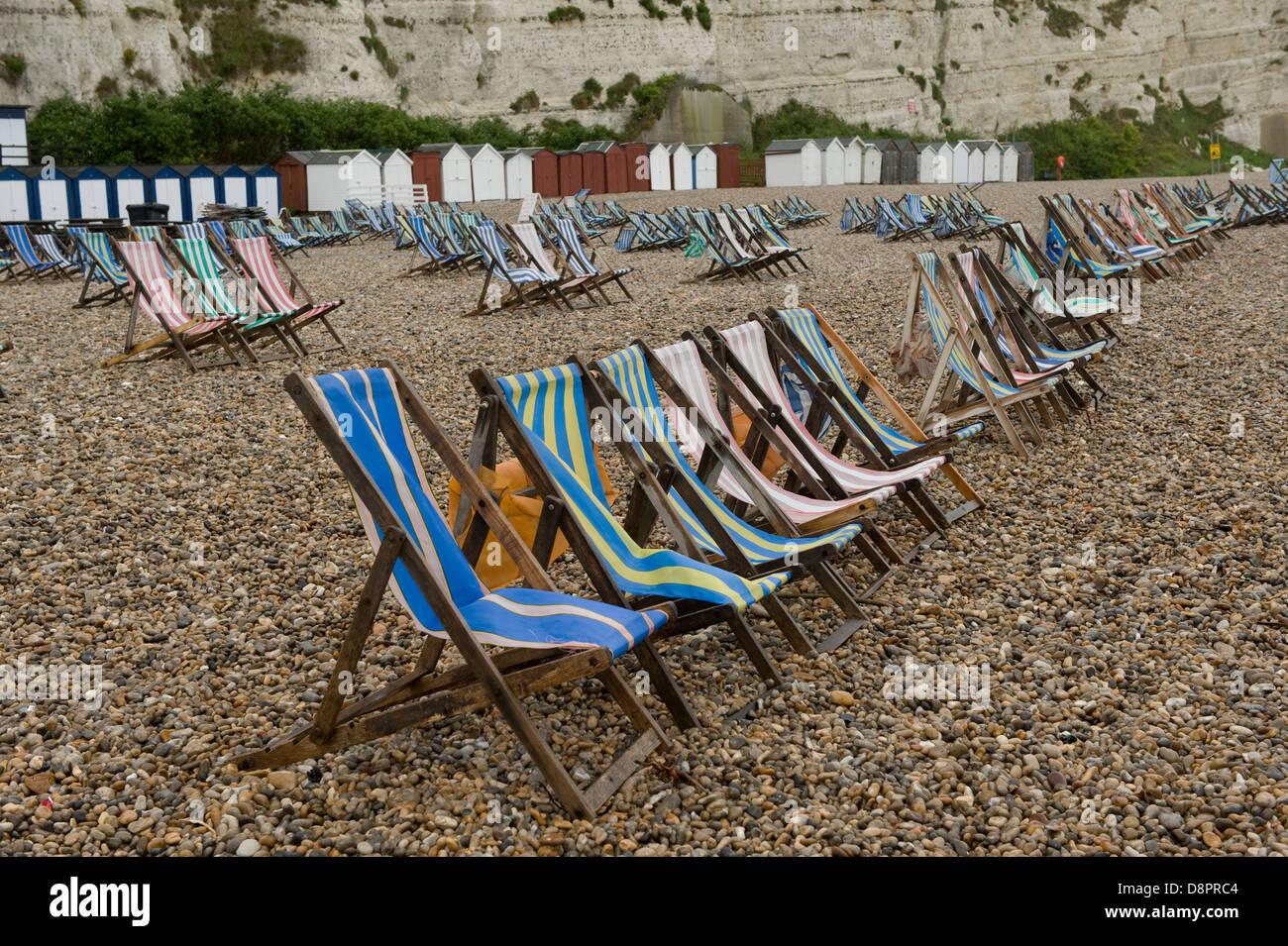 Journée d'été humide sur la bière dans le Devon plage avec transats inutilisés Banque D'Images