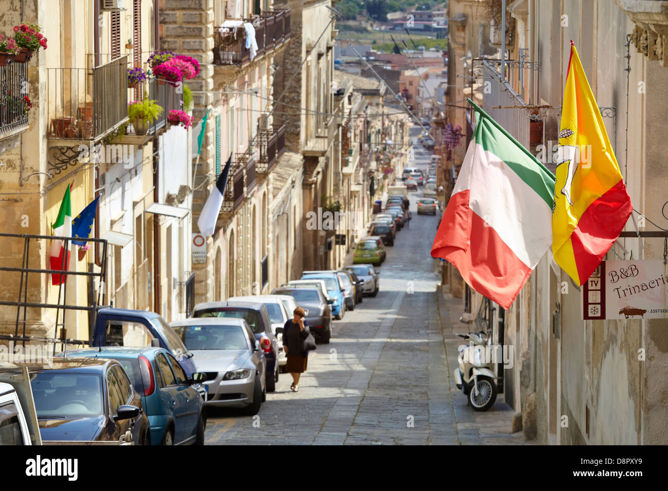 Drapeau sicilien et italien sur la rue de la ville de Noto, en Sicile, Italie l'UNESCO Photo Stock