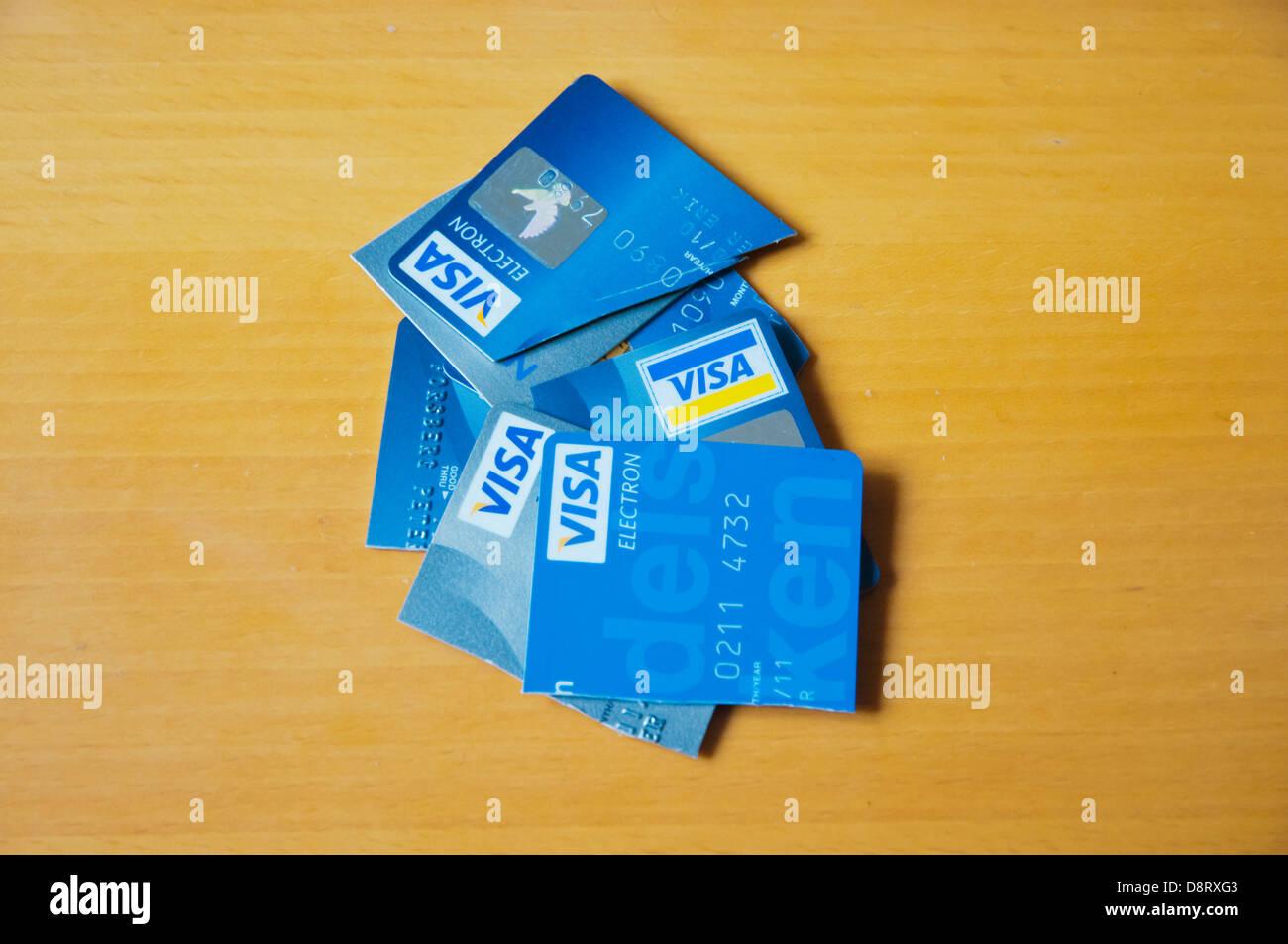 Couper et jeter les cartes de débit credt Photo Stock
