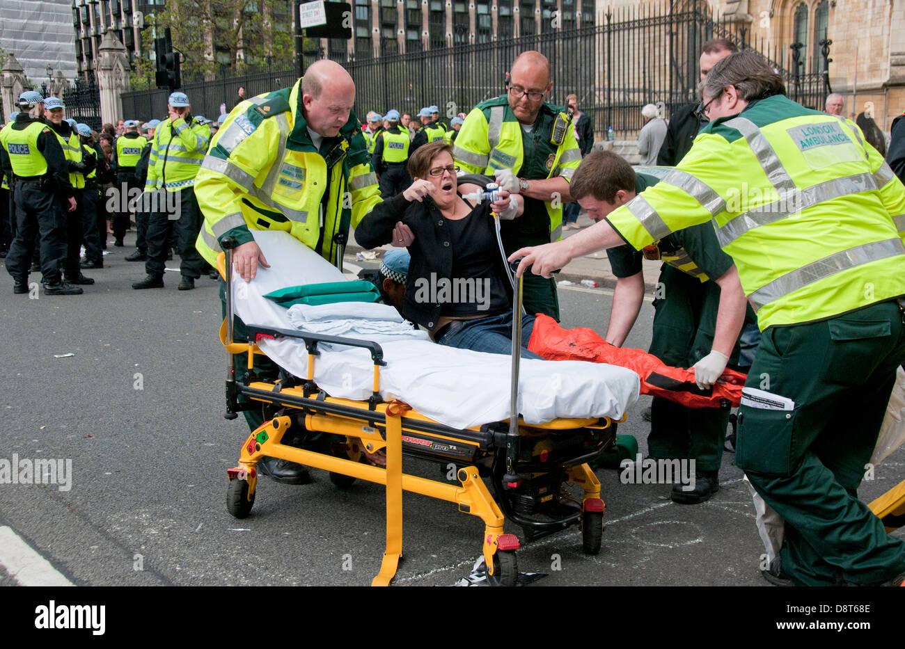 Femme blessée d'être mis sur une civière après avoir blessé sur la démonstration. Photo Stock