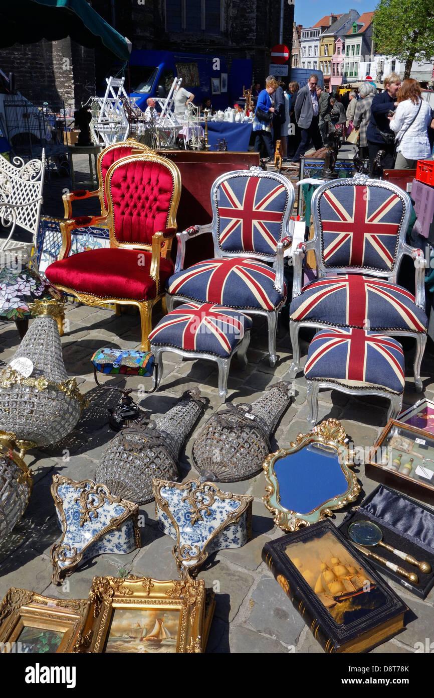 Deuxième main utilisée en chaises, bric-à-brac et d'antiquités à vendre au marché aux puces de la place Saint-jacques Banque D'Images