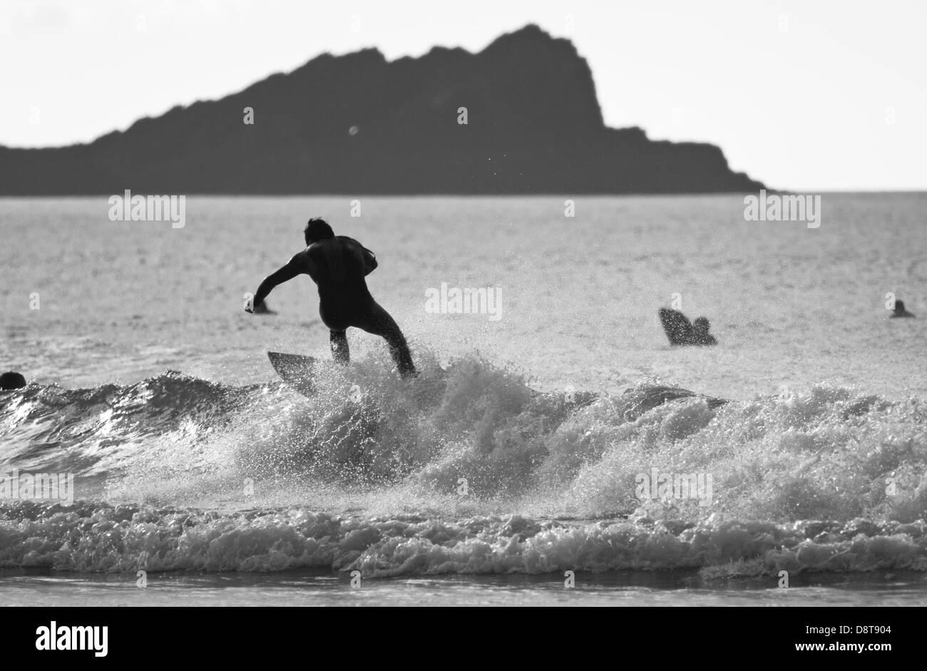 La plage de FISTRAL, Newquay, CORNWALL, UK. Pas de surfer une vague dans la mer à la plage de Fistral. Banque D'Images