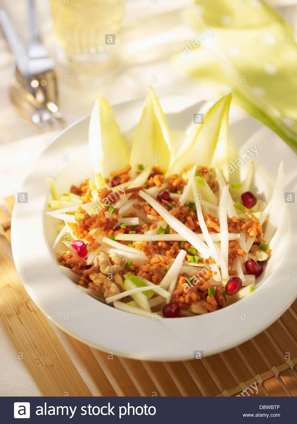 La viande hachée,chicorée,salade de pommes et pomeranate Photo Stock