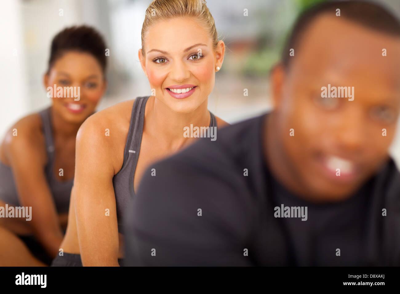 Heureux les gens de remise en forme en classe faire de l'exercice aérobie Photo Stock