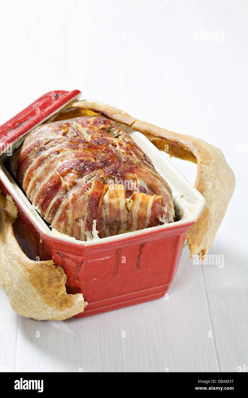Terrine de Lapin aux noisettes et scellés avec de la pâtisserie Photo Stock