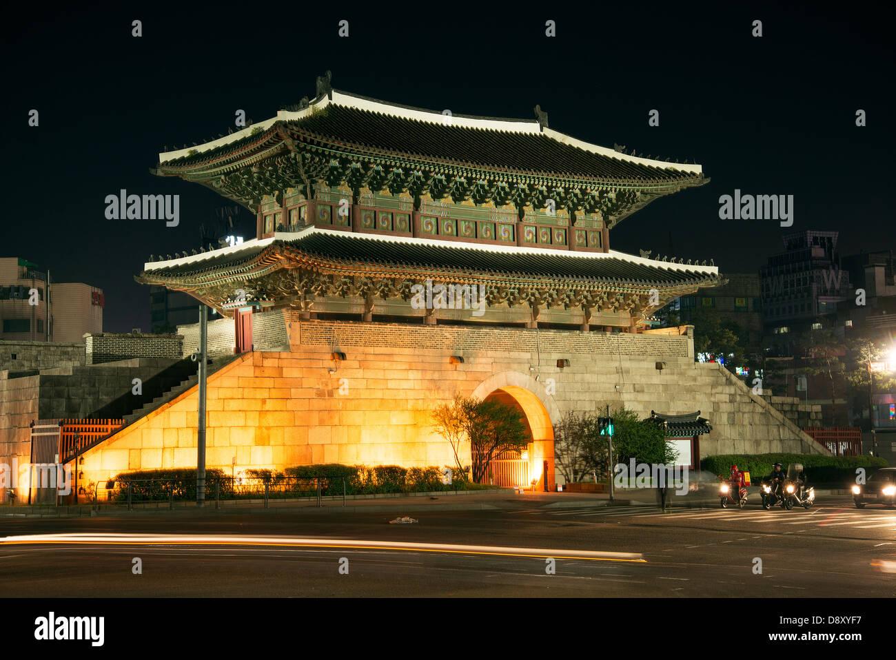 Porte dongdaemun monument à Séoul en Corée du Sud pendant la nuit Photo Stock