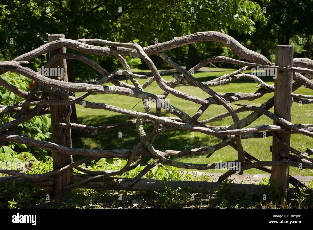 Faire Une Palissade Avec Des Branches branches tissés faire une clôture rustique à l'accueil de