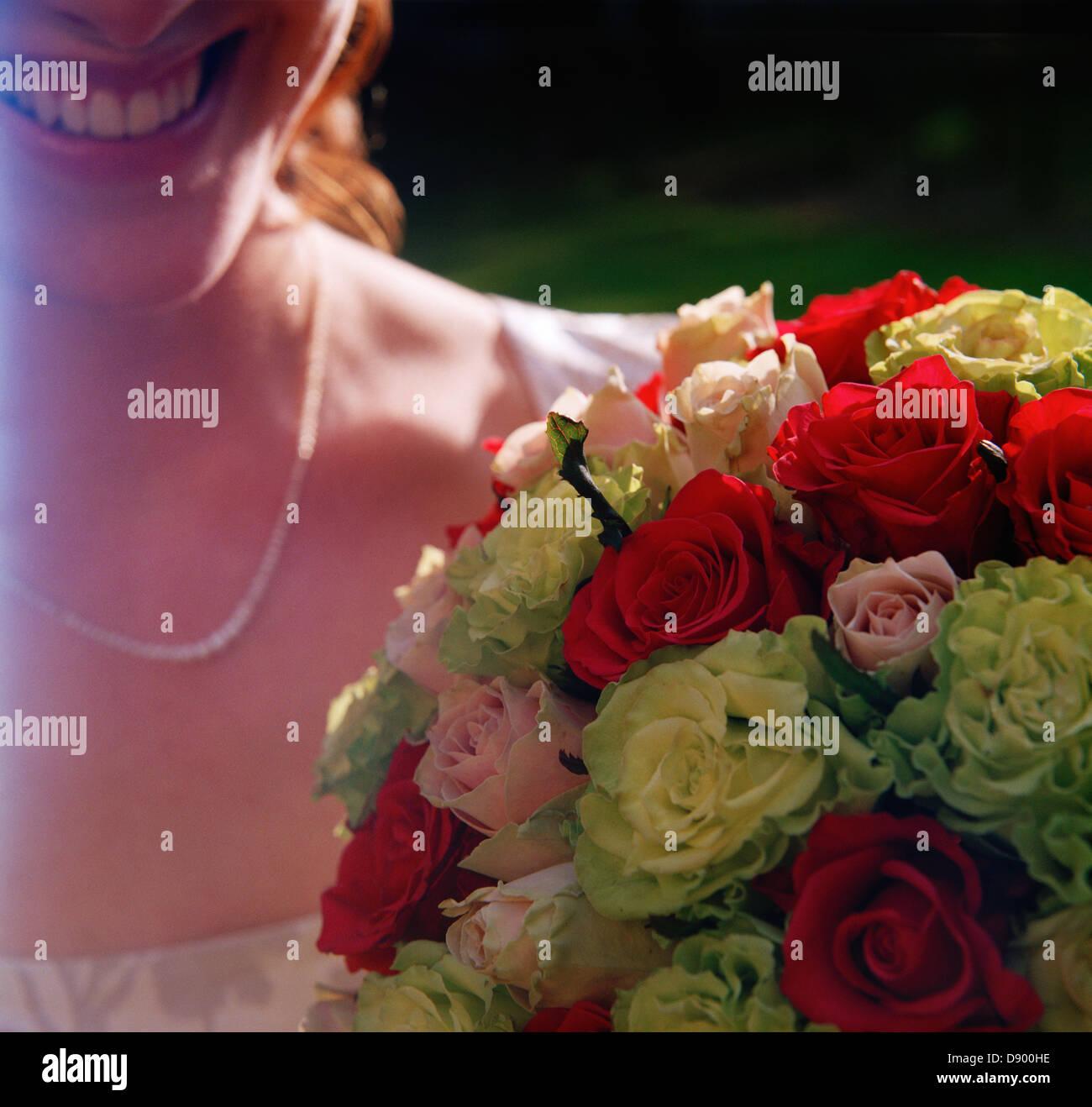 A smiling bride holding a bouquet de mariage, la Suède. Photo Stock