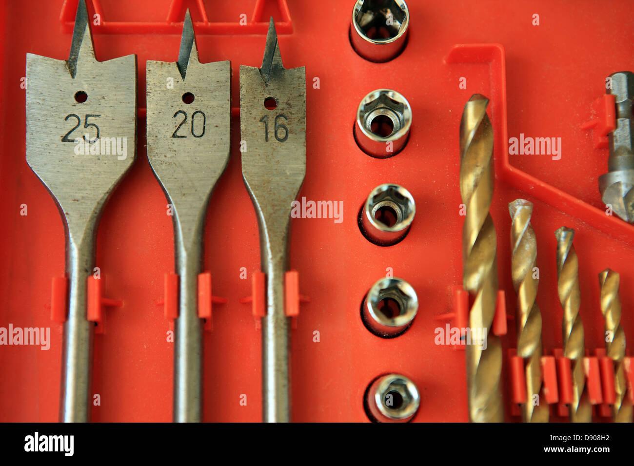 Spade et twist drill bits dans un jeu d'outils Photo Stock