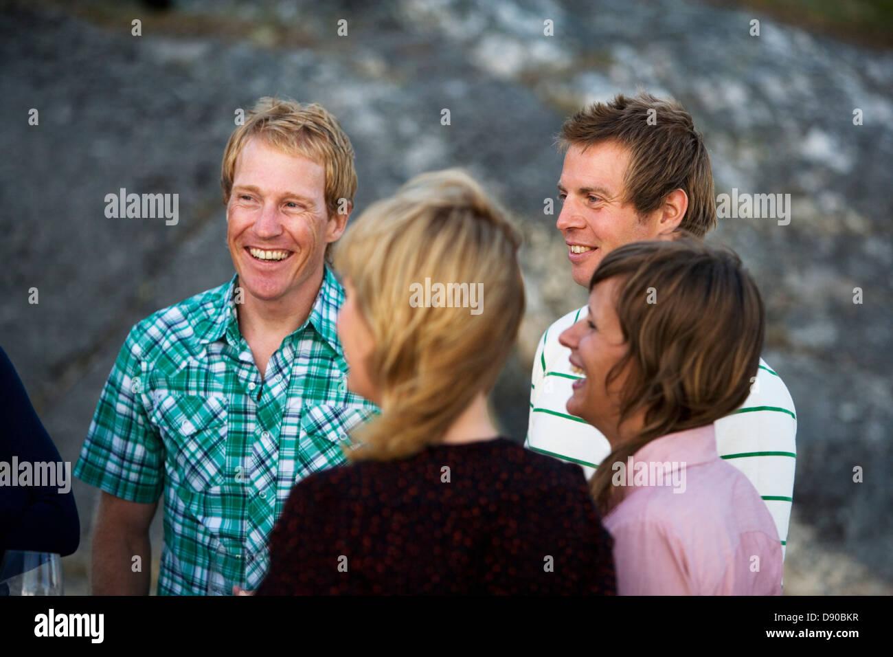Les amis de passer du temps ensemble, Fejan, archipel de Stockholm, Suède. Banque D'Images