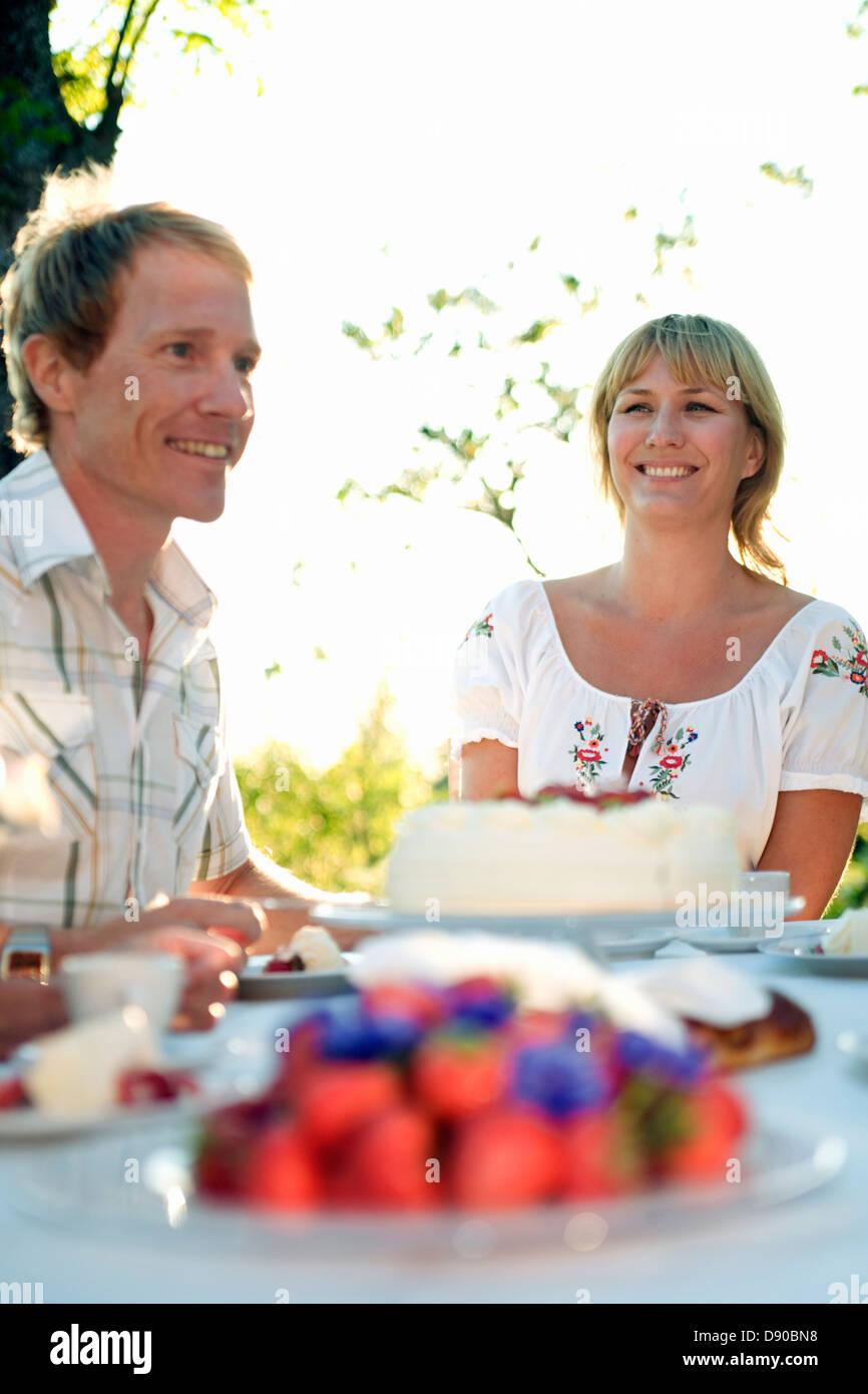 Deux personnes et un gâteau aux fraises, Fejan, archipel de Stockholm, Suède. Banque D'Images