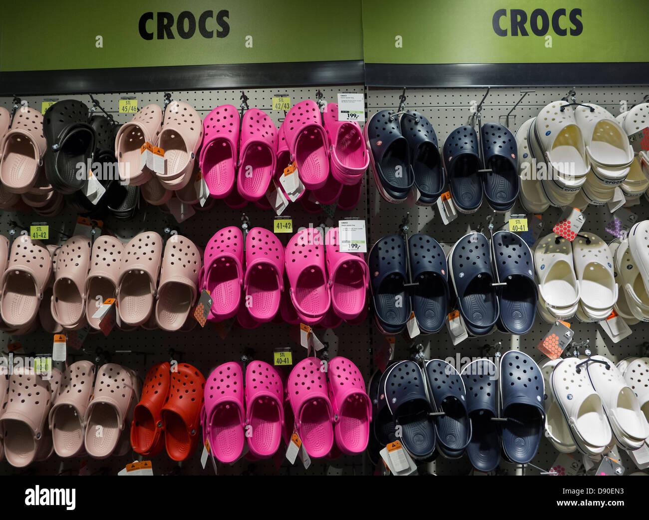 7ca404ff4fe Chaussures Crocs sur stand dans un magasin de chaussures. Photo Stock