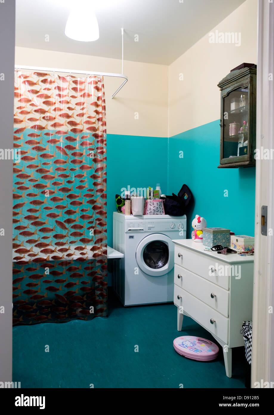 Rideau de douche et machine à laver dans une salle de bains, en ...