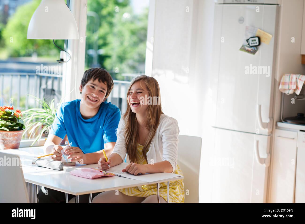 Les adolescents qui étudient en cuisine Photo Stock