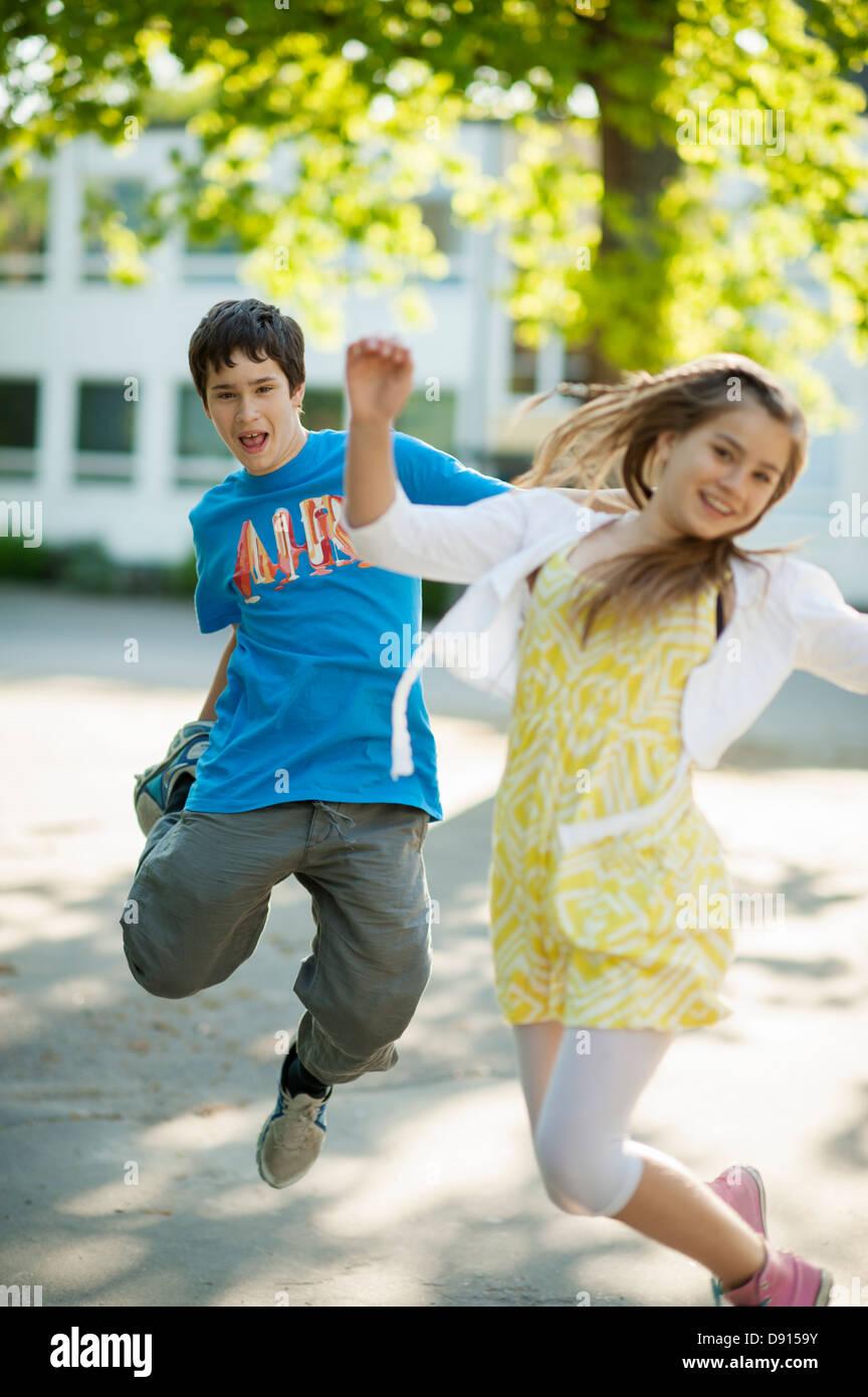 Les adolescents en face de bâtiment de l'école Photo Stock
