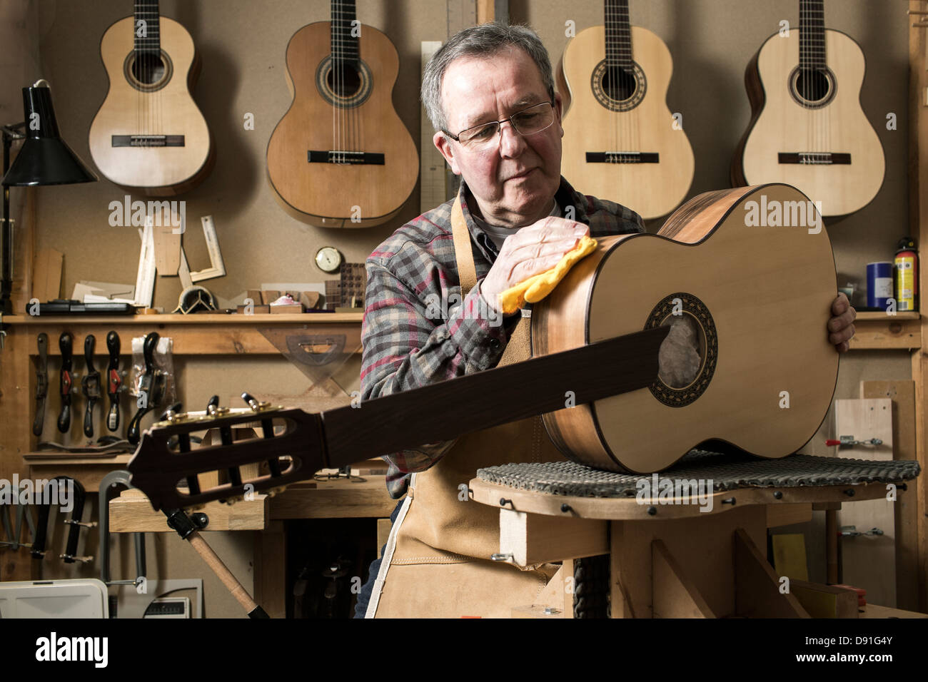 Luthier guitare acoustique finition en atelier Photo Stock