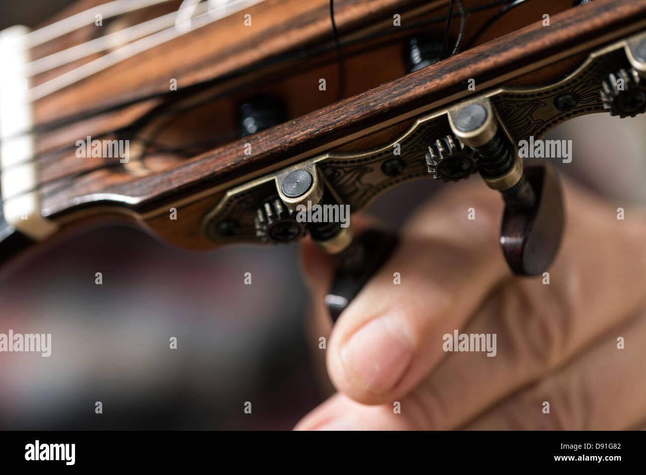 Close up de luthier guitare acoustique et les essais de réglage en atelier Photo Stock