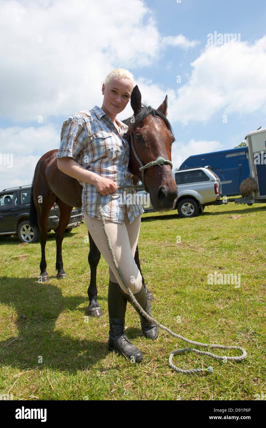 Llanwrtyd Wells, Royaume-Uni. 8 juin 2013. Alix Davies, 18 (le gagnant) de Newbridge-on-Wye et Scott. 400 coureurs en compétition contre 65 chevaux dans l'Homme Cheval V 23 km marathon, sur un terrain montagneux difficile.L'événement a été conçu par Gordon Green à son bras la pub Neuadd en 1980 après avoir entendu une discussion pour savoir si un homme était égale à un cheval qui cross country à distance. Le prix en argent pour battre un cheval a été augmenté chaque année jusqu'à 1 000 € par Huw Lobb a gagné £25 000 en 2004 en battant le premier cheval de 2 minutes avec un temps de 2:05:19. Credit: Graham M. Lawrence/Alamy Live News. Banque D'Images