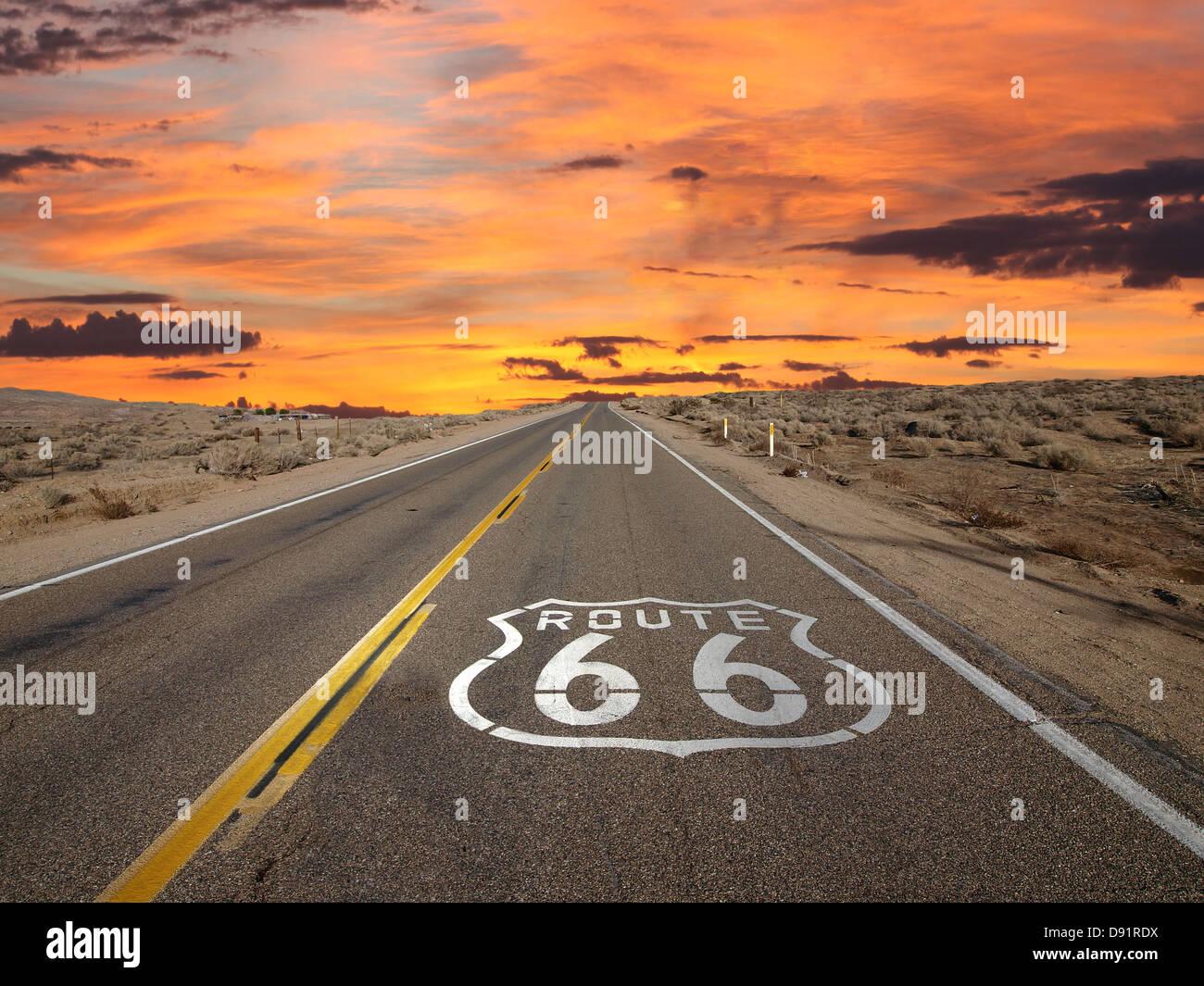 Signe de la chaussée Route 66 lever du soleil dans le désert de Mojave en Californie. Photo Stock