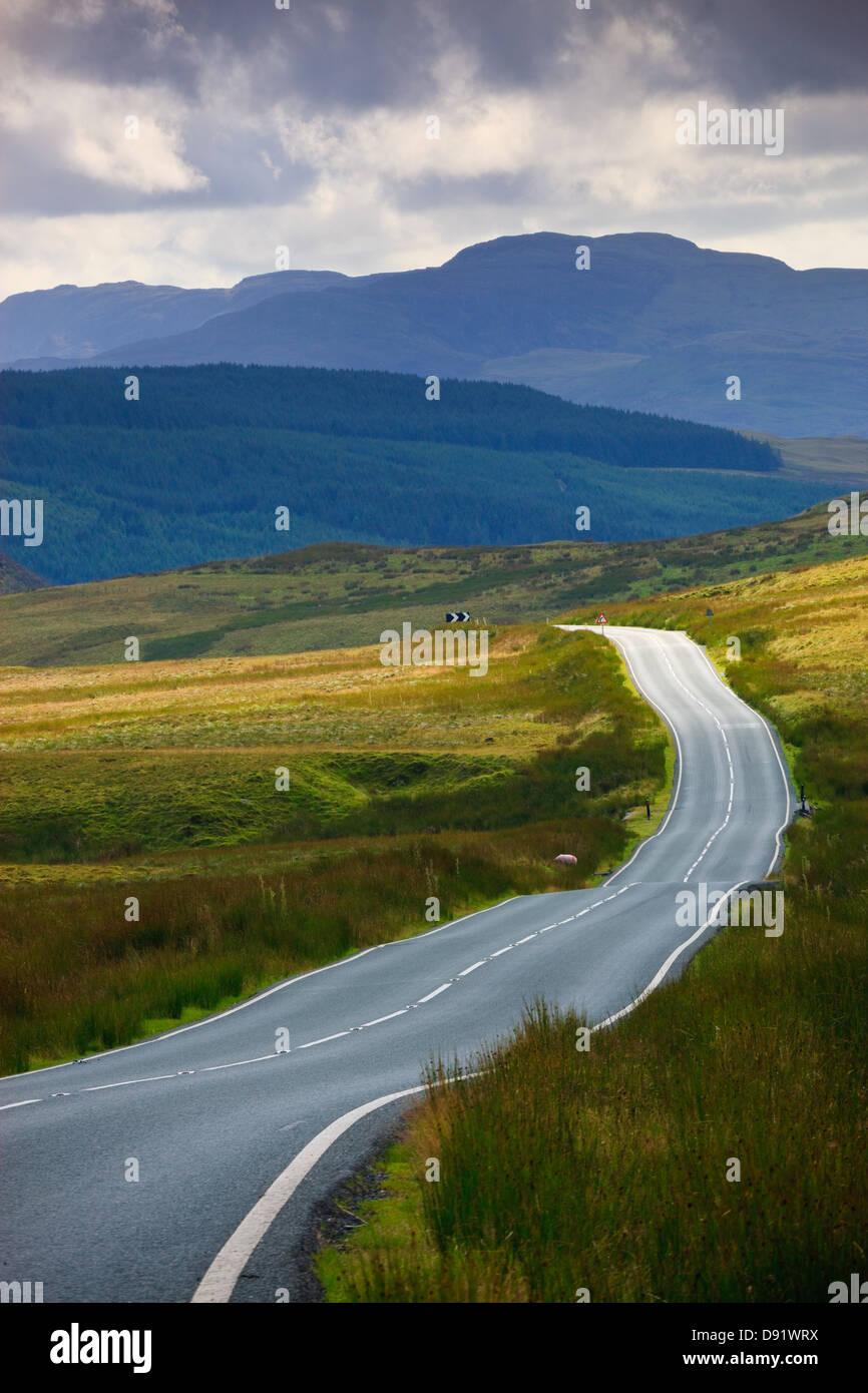 Vide route qui traverse la campagne rurale Photo Stock