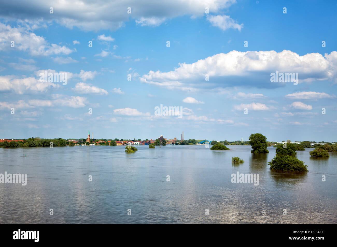 Ville de Wittenberge et de l'Elbe à marée haute 2013 Photo Stock