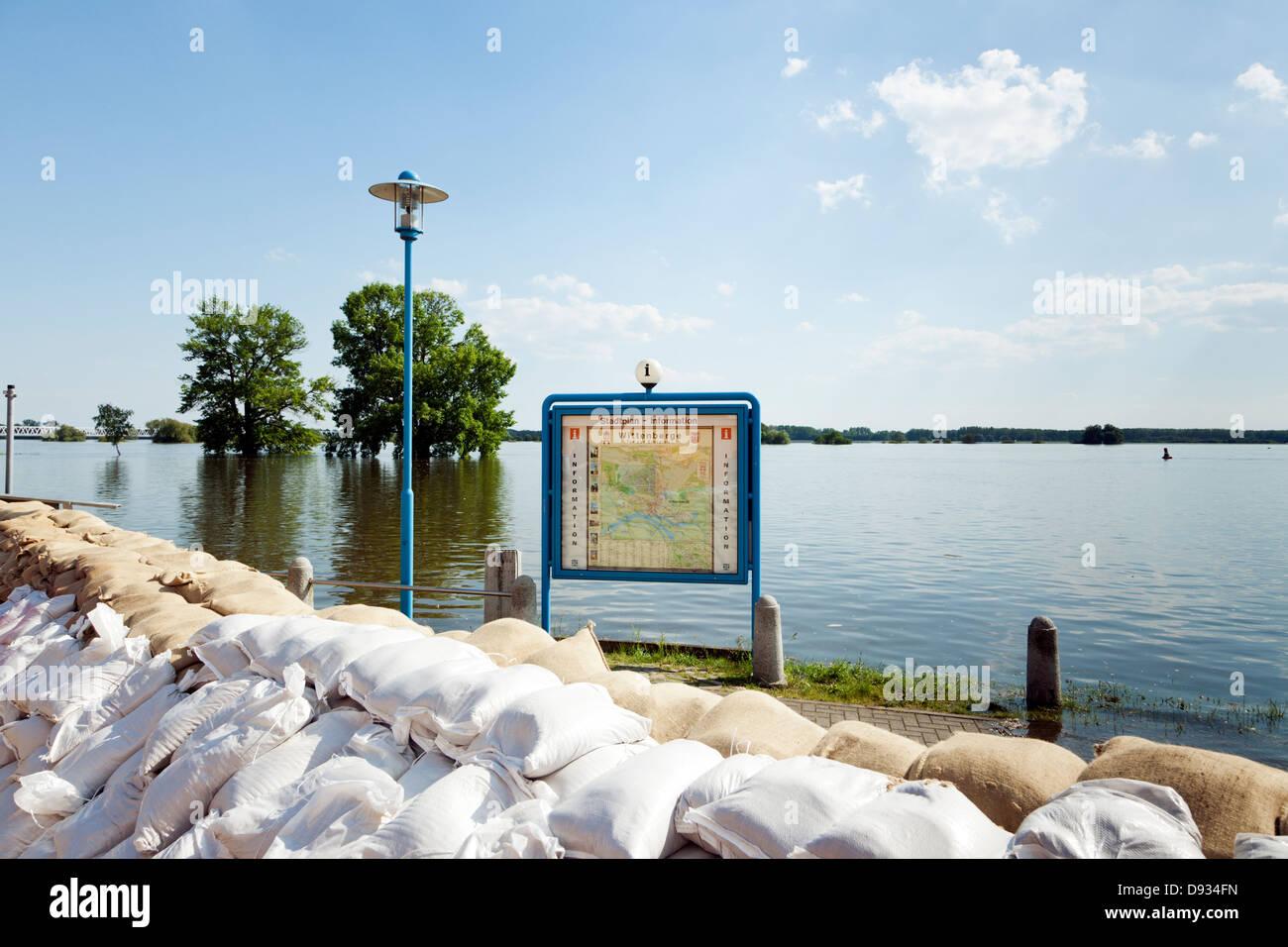 La carte de la ville de Wittenberge inondées par le fleuve Elbe, sacs de sable en premier plan Photo Stock
