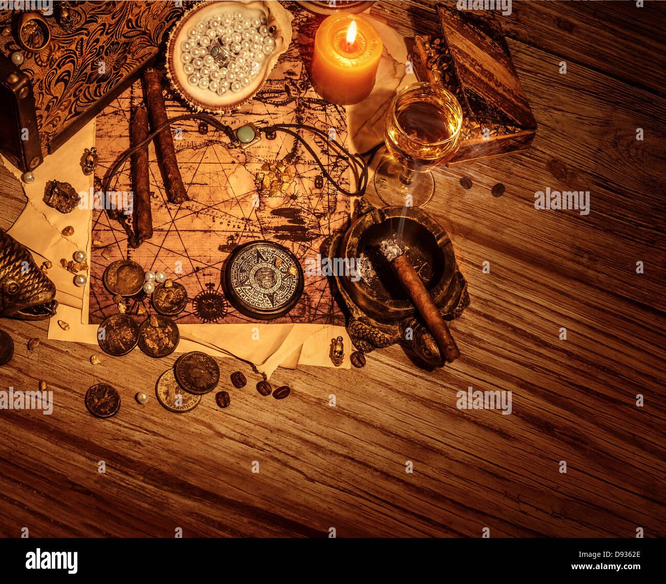 Frontière de pirates booty sur fond de bois, trésors volés la vie toujours sur la table dans la salle Photo Stock