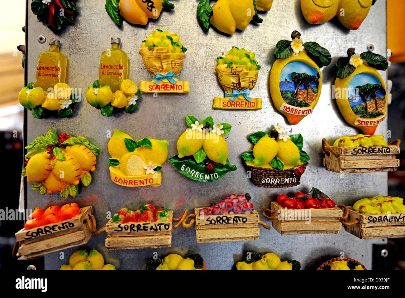 Aimant frigo souvenirs en vente dans une boutique touristique à Sorrente Photo Stock