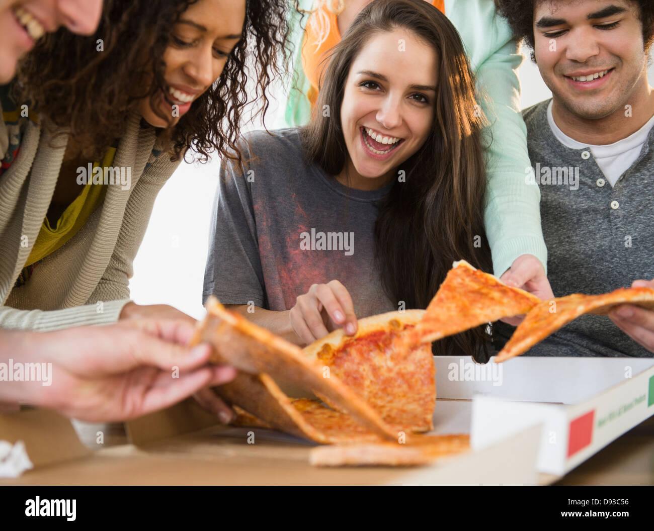 Avoir des amis ensemble pizza Banque D'Images