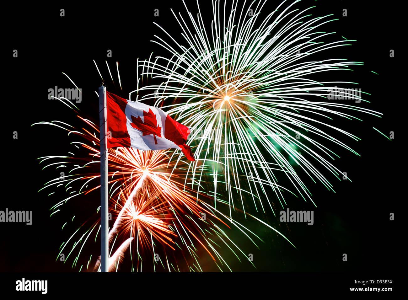 Drapeau canadien contre le ciel bleu Photo Stock