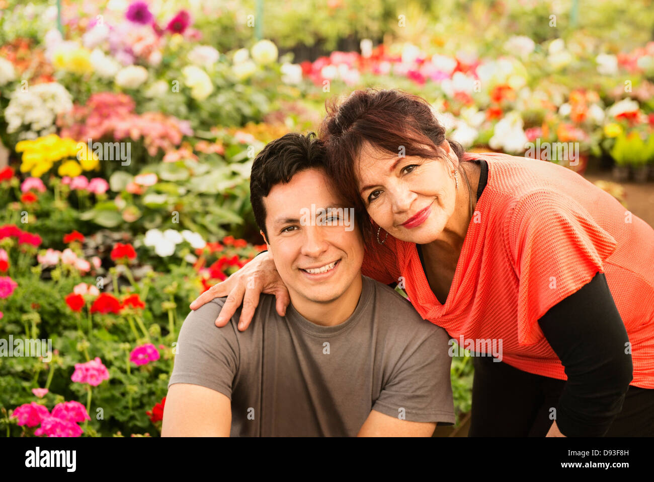 Hispanic couple smiling in field Banque D'Images