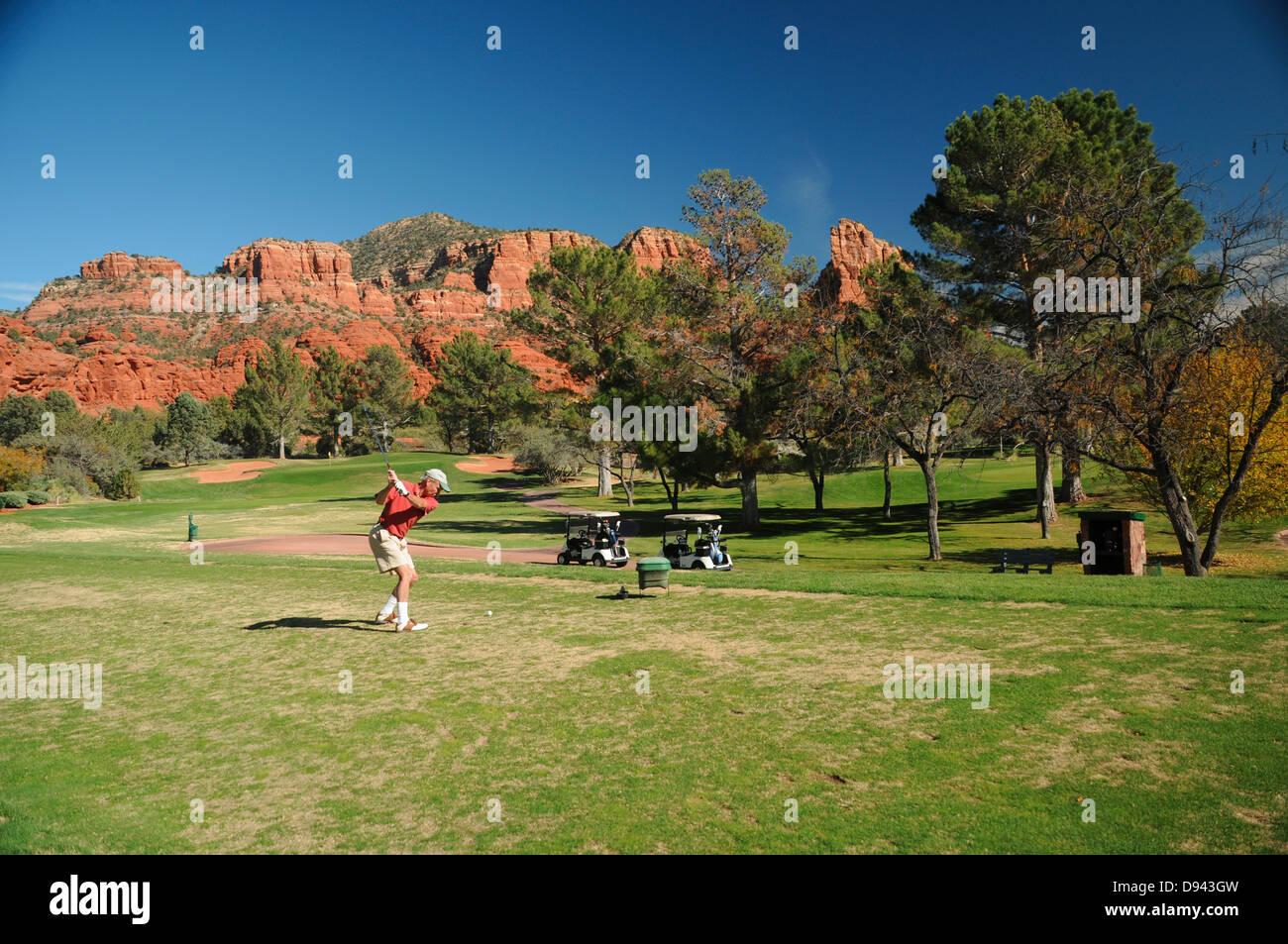 Oak Creek Country Club golf course à Sedona, Arizona entouré par des formations de roche rouge Photo Stock