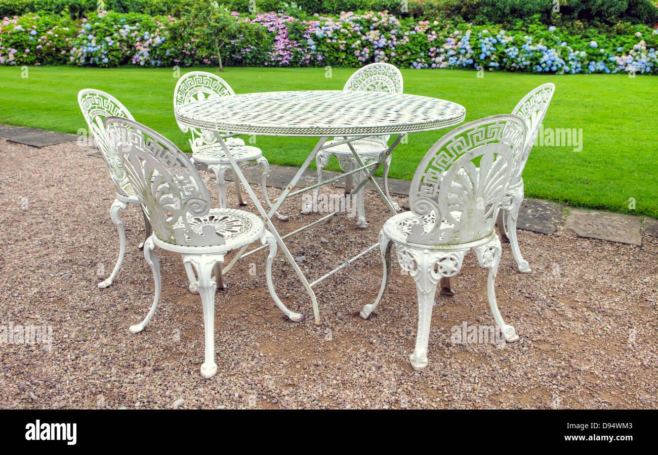Vintage table fer forgé et 6 chaises dans un jardin anglais ...