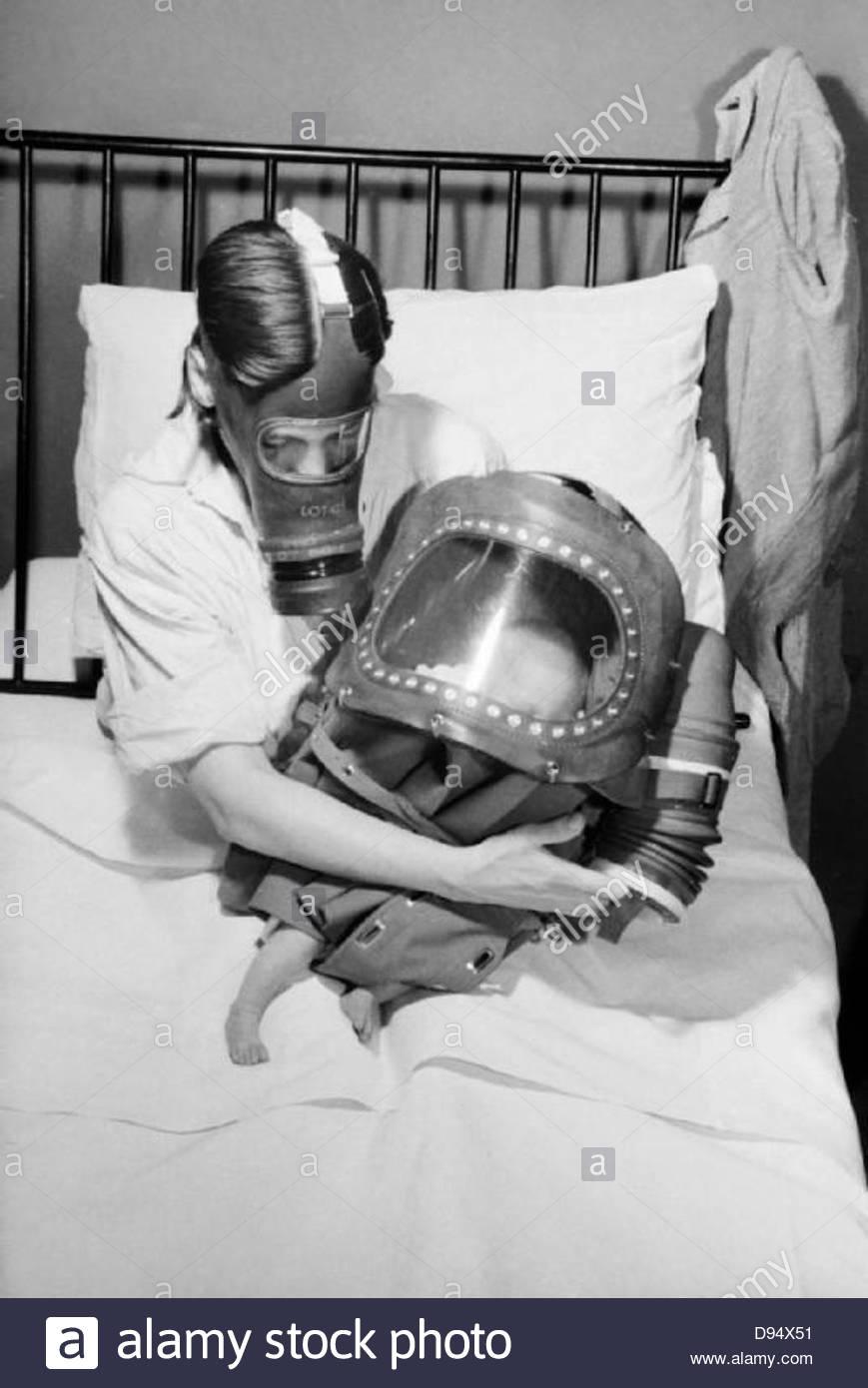 Une mère et son bébé dans les masques à gaz au cours de 1941. D3918 Photo Stock
