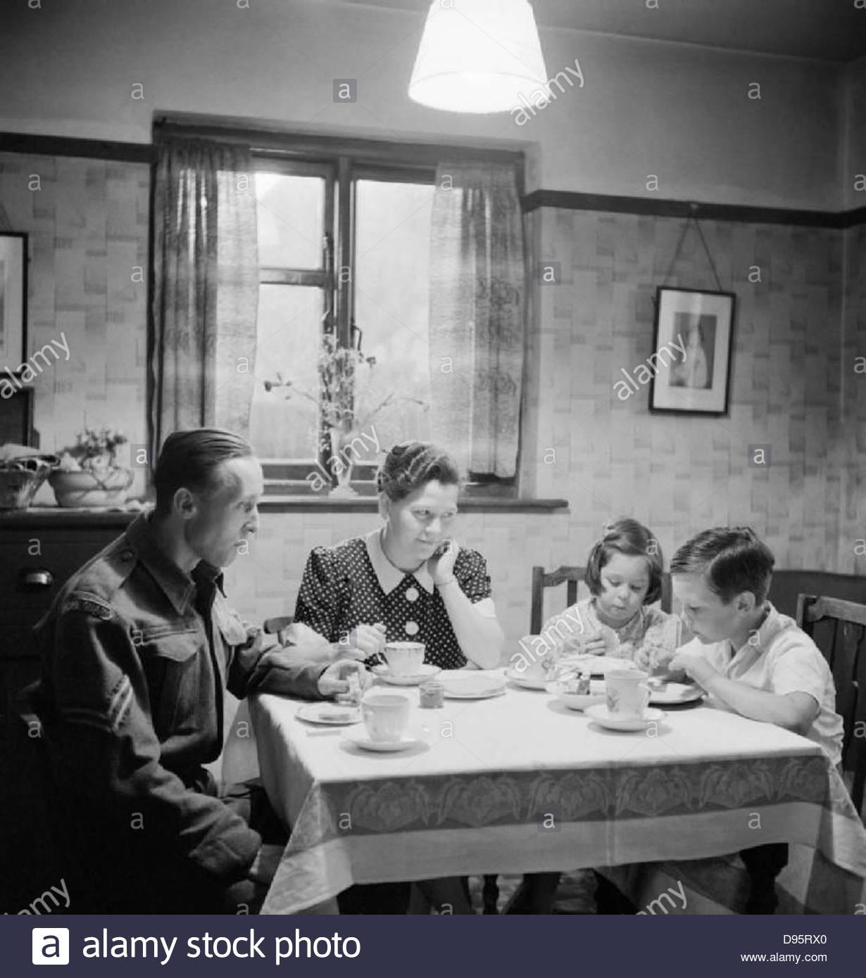 Membre de la Garde nationale la consommation de thé avec sa famille avant de se rendre au travail, 1942. D10118 Photo Stock