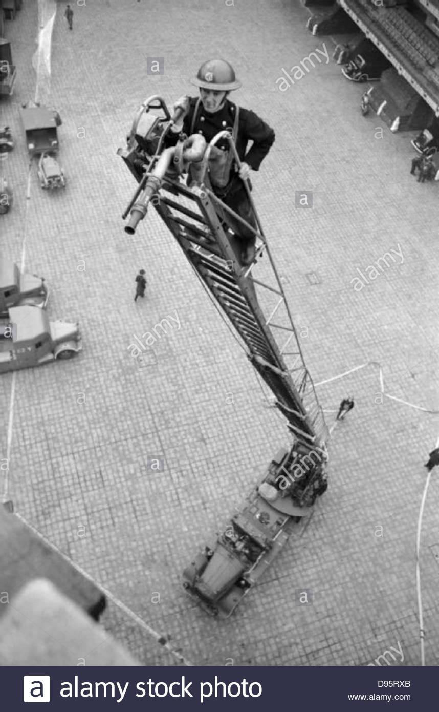 Les membres de la formation du Service d'incendie auxiliaire à la London Fire Brigade en 1940. D2646 Photo Stock