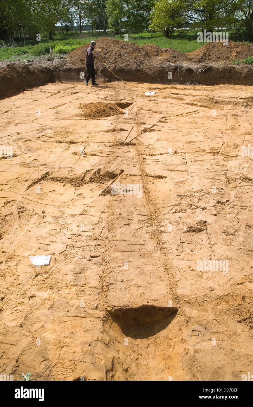 Les archéologues découvrent la préhistoire limite de champ lors de l'excavation de fossés Photo Stock