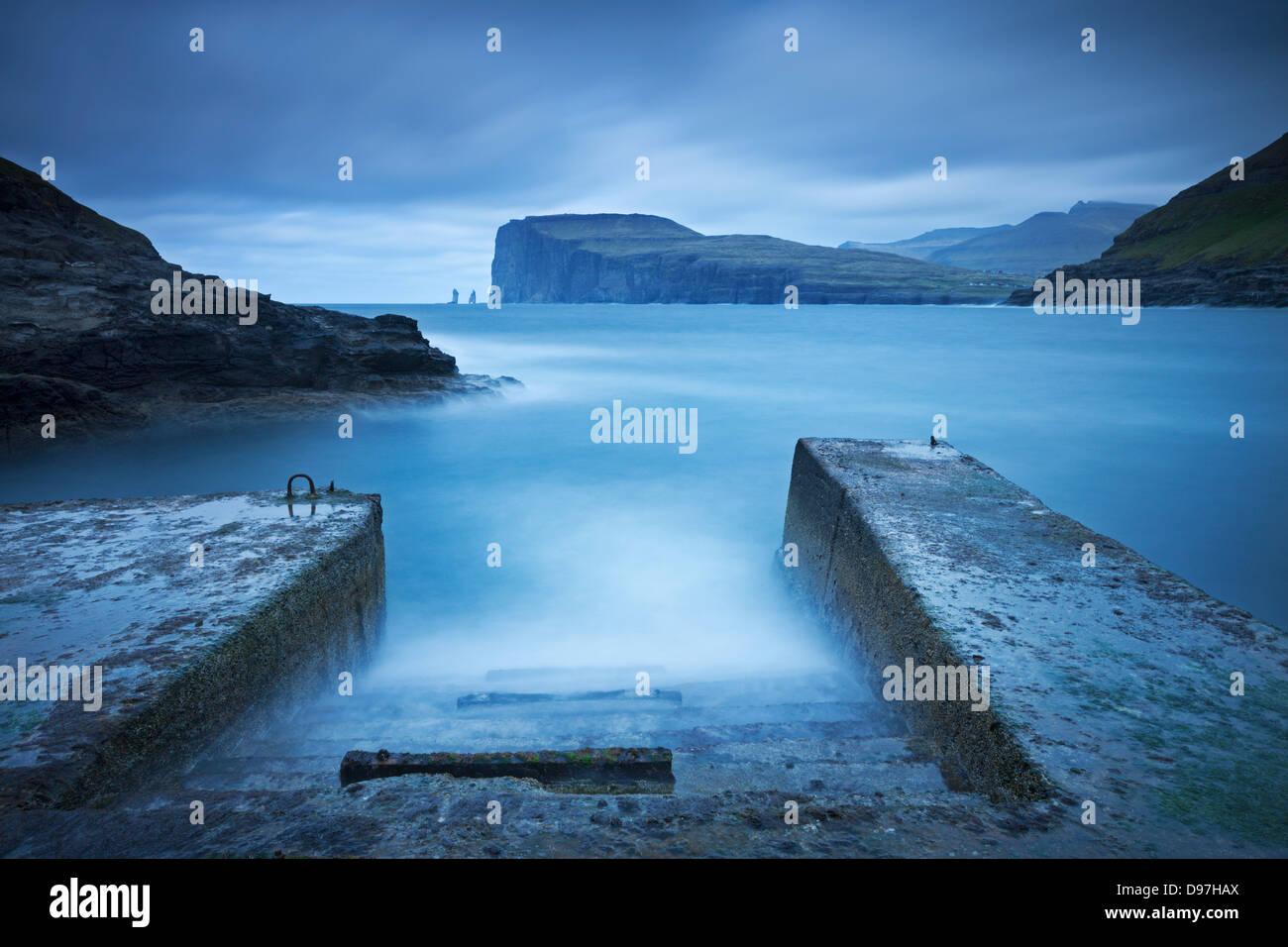 Vue vers Risin et Kellingin Tjornuvik de, à l'île de Streymoy, Îles Féroé. Printemps Photo Stock